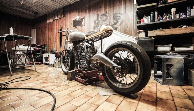 O garażach oraz drzwiach garażowych