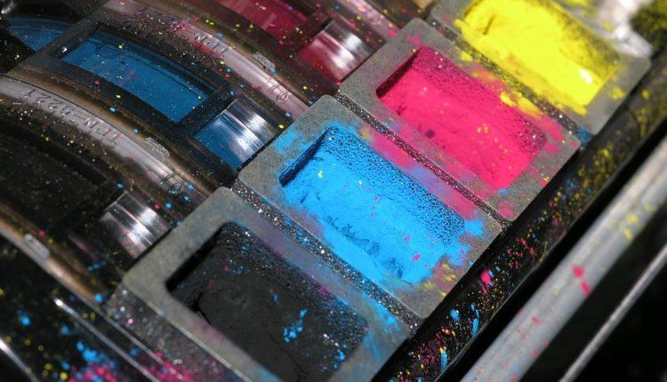 Zaschnięty pojemnik z tuszem – jak go czyścić